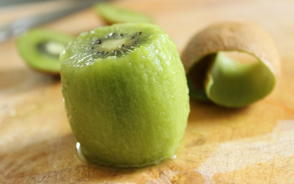 How to peel a kiwi or a mango?