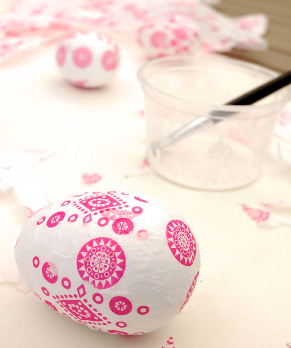 Decoupage eggs – How to decorate eggs with napkins